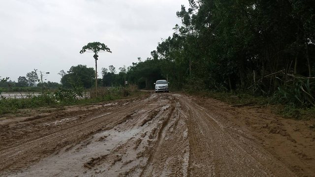 Nhiều tuyến đường liên thôn trên địa bàn xã Cam Tuyền ngập trong bùn sau lũ khiến việc đi lại khó khăn..