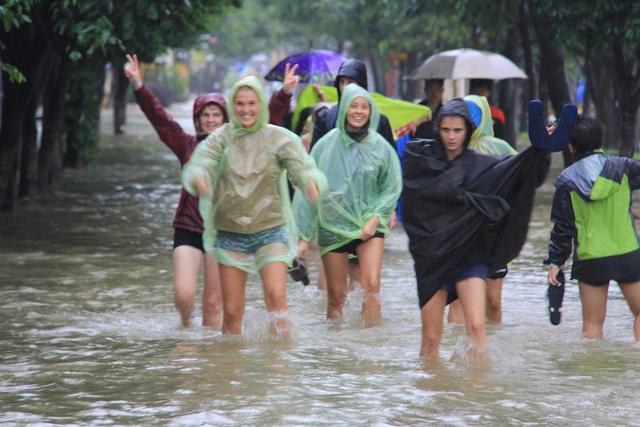 Khách Tây thích thú lội lụt ở phố cổ...