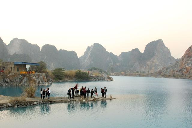 Quanh hồ còn có dãy núi đá vôi. Ảnh: Đức Biên