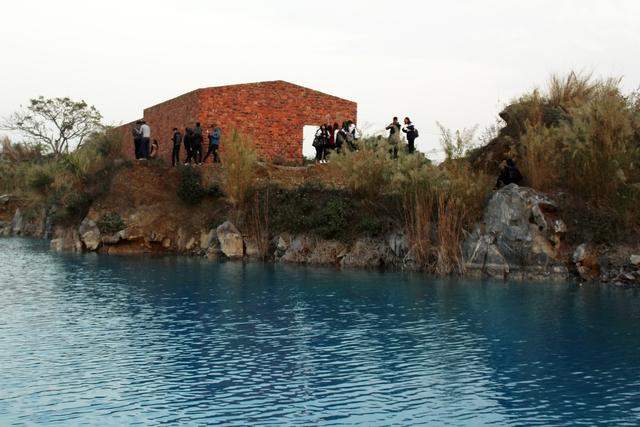 Tuy nhiên, hồ nước khá sâu, thành hồ dốc đứng, khá nguy hiểm nếu không cẩn thận. Ảnh: Đức Biên