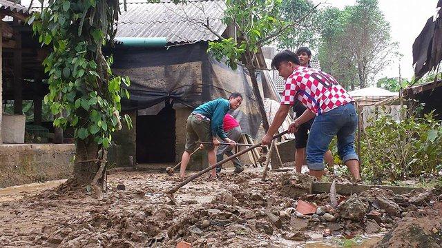 Người dân huyện Cam Lộ tích cực khắc phục hậu quả sau lũ. Ảnh: Lê Chung
