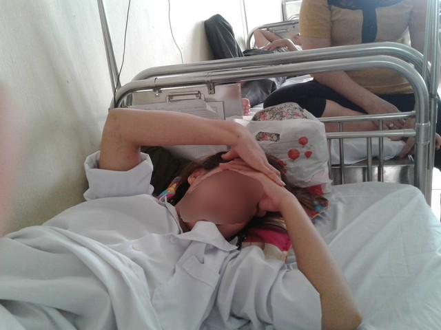 Chị M vẫn phải nằm viện và rất mệt mỏi. Ảnh: Nông Thuyết