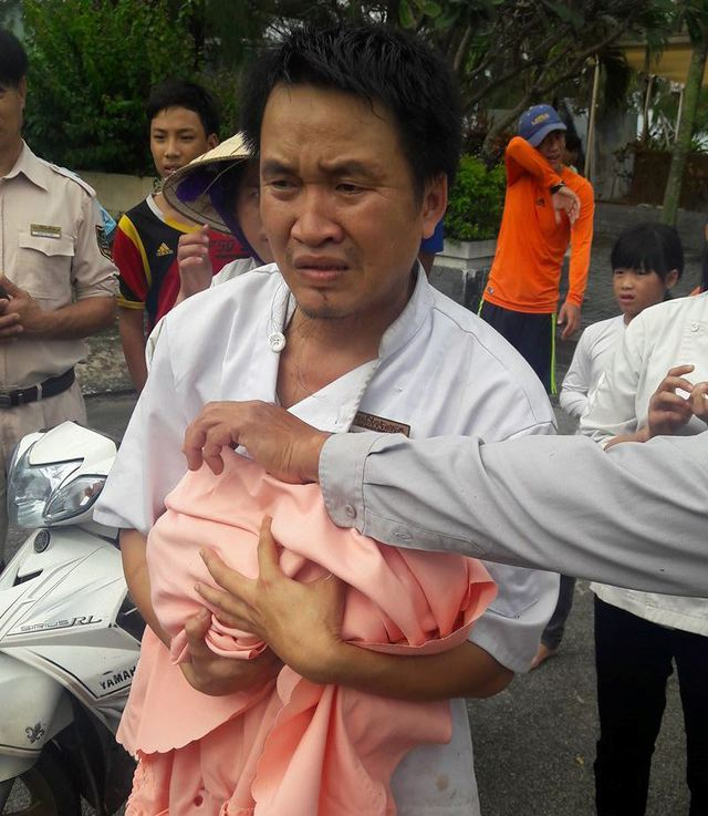 Người dân sau khi phát hiện bé sơ sinh bị bỏ trong thùng rác vội đưa cháu tới bệnh viện cấp cứu và hiện sức khỏe bé đã ổn định. Ảnh người dân cung cấp