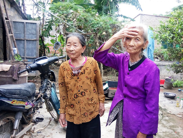 Nhiều người dân ở thôn Trung Thôn (thị xã Ba Đồn, Quảng Bình) bức xúc vì bị thu lại tiền cứu trợ. Ảnh: M.K