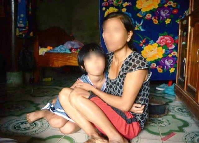 Chị H. bàng hoàng kể lại sự việc con gái bị kẻ lạ mặt trói tay, bịt miệng. Ảnh: Văn Được