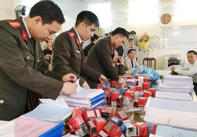 Lực lượng công an đang kiểm tra tang vật vụ án. (ảnh: HC)