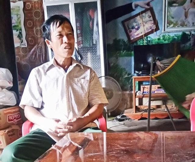Ông Lê Văn Luận - Phó thôn Trung Thôn - một trong những người trực tiếp đi từng nhà dân thu bớt lại tiền cứu trợ. Ảnh: M.K