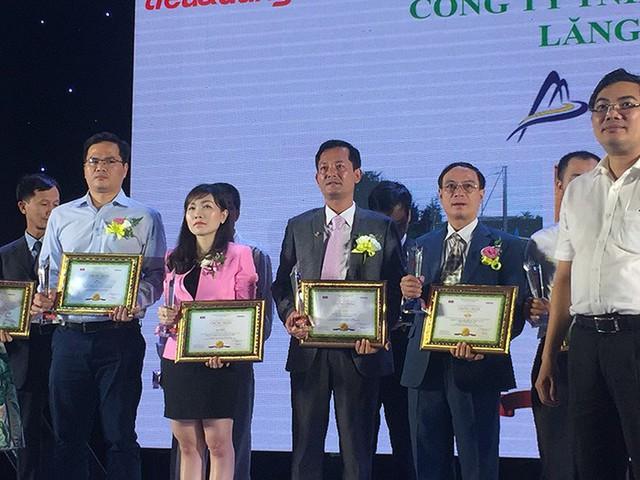 Đại diện Khu du lịch Bà Nà Hills hận giải thưởng Tin và Dùng Việt Nam 2016. Ảnh: Đ.H