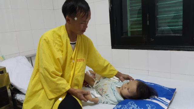 Anh Hạng A Vàng lo lắng con phải điều trị lâu dài mà gia đình không còn khả năng theo. Ảnh P.Thuận