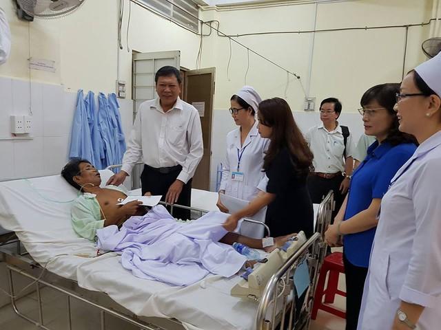 Đại diện Cục Quản lý Khám, chữa bệnh (Bộ Y tế), Sở Y tế tỉnh Vĩnh Long thăm hỏi bệnh nhân đang điều trị tại BVĐK tỉnh.