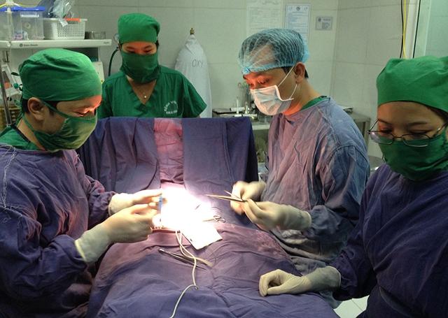 Các bác sĩ BV Nhi Trung ương cầm tay chỉ việc cho các bác sĩ BV Nhi Thái Bình kỹ thuật mổ ẩn tinh hoàn. Ảnh: VGP/Thúy Hà