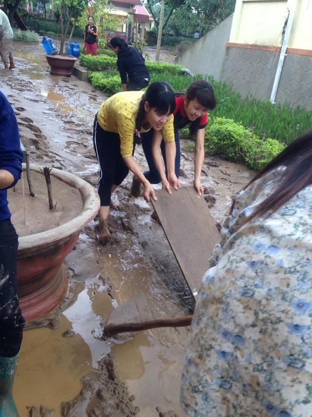 Giáo viên Trường tiểu học Châu Hóa dọn dẹp sau lũ. Ảnh: T.g