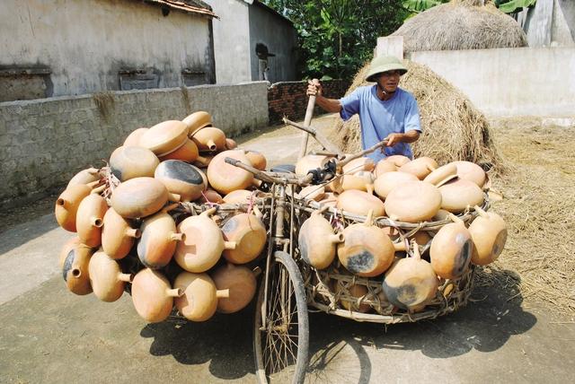Ông Nguyễn Công Du chuẩn bị mang mẻ hàng đi tiêu thụ. Ảnh: Thạch Quỳnh.