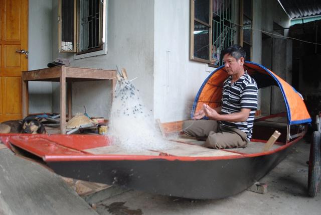 Có nhà nhưng thiếu đất sản xuất, ông Trần Ngọc Tùng phải sắm thuyền trở lại sông Lam để mưu sinh.