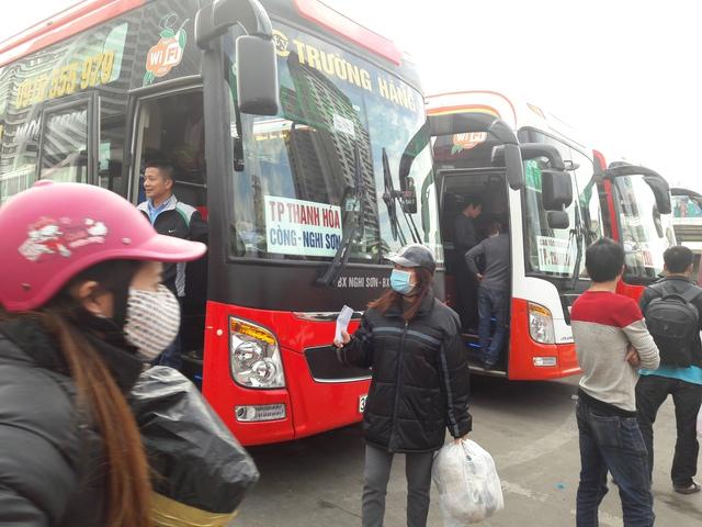 Ít ngày tới, những hành khách này phải kéo nhau xuyên tâm ra phía Nam thành phố Hà Nội để lên xe về Thanh Hóa. Ảnh: TG