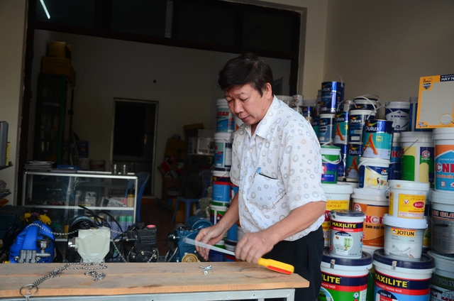 Bác Xuân Tươi, một người có 7 năm kinh doanh trên phố Lê Trọng Tấn cảm thấy chưa hợp lý khi đồng bộ những biển hiệu .