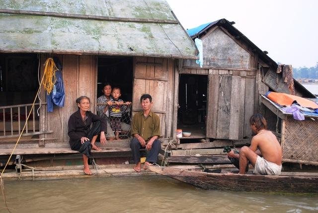 Một gia đình ở khu TĐC không có nhà ở phải trở lại sống trên những con đò. Ảnh: Thạch Quỳnh