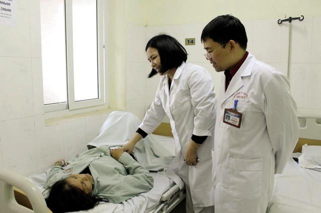Thăm khám cho bệnh nhân bị tắc ruột do ăn quá nhiều hồng giòn lúc đói. Ảnh: BVCC