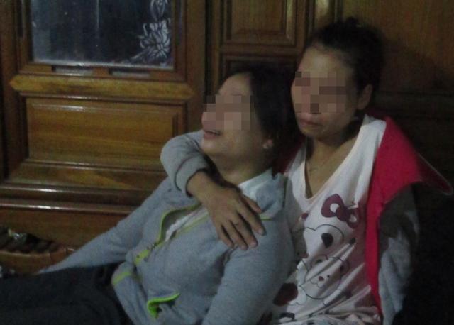 Em Phan Thị Sen (bên trái) khóc ngất bên thi thể mẹ và anh. Ảnh: Lê Chung
