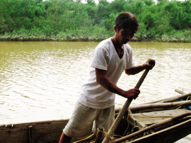 Anh Hoàng Văn Tâm đã chèo thuyền đi cứu người trong đêm lũ dữ. Ảnh: Xuân Phú