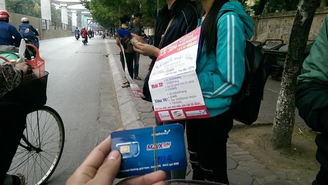 """Sim """"rác"""" vẫn được bán trước cổng Trường Đại học Sư phạm Hà Nội. Ảnh: Đình Việt"""