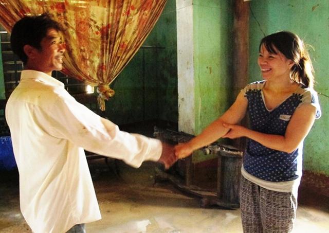 Chị Hoàng Thị Lan vô cùng cảm kích vì cha con anh Tâm đã cứu cả gia đình chị ra khỏi dòng nước lũ đang liên tục dâng cao. Ảnh: Xuân Phú.