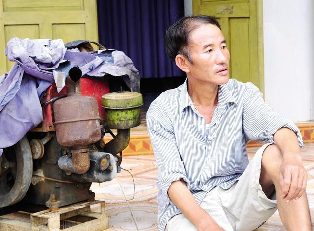 Anh Trần Hàn và hai người em ruột đã lao ra dòng nước lũ cứu vớt vợ chồng anh Tuần. Ảnh: Minh Khang