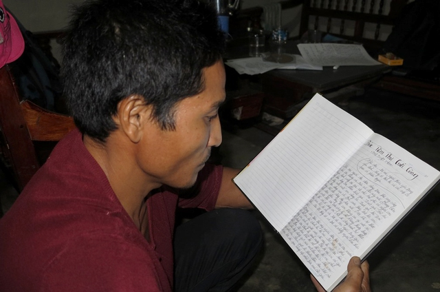 Anh Mạnh đọc lại những lời của con gái mình trong thư tuyệt mệnh. ảnh: T.G