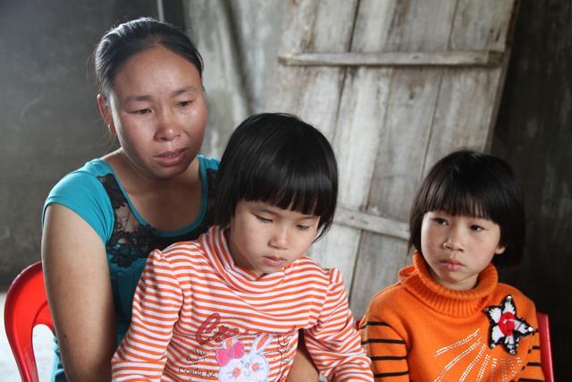 Chị Quỳnh cùng các con trước giờ đón chồng, cha.