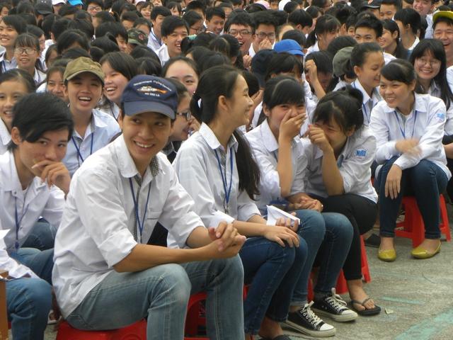 Bằng phong cách truyền đạt dễ hiểu, các chuyên gia đã mang đến cho học sinh nhiều kiến thức bổ ích về chăm sóc SKSS vị thành niên, thanh niên. Ảnh: Thu Hà