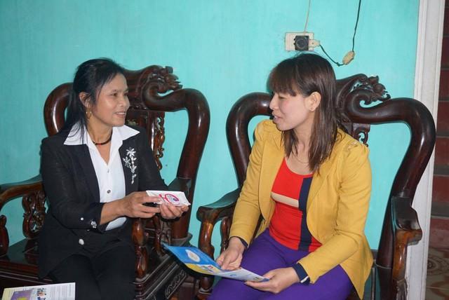 Chị Huệ (bìa trái) tuyên truyền các biện pháp tránh thai an toàn đến từng hộ gia đình. Ảnh:Mai Nguyễn