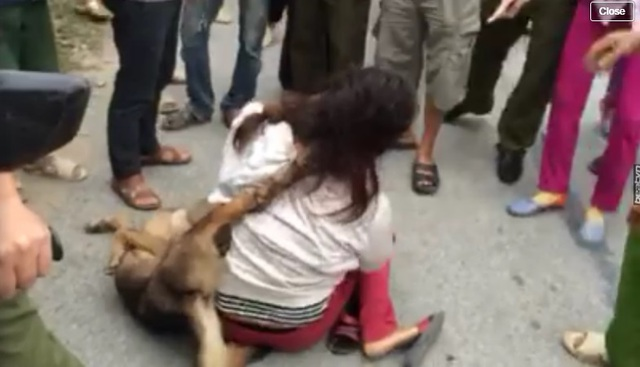 L bị đánh đập sau khi trộm chó (ảnh cắt từ clip).