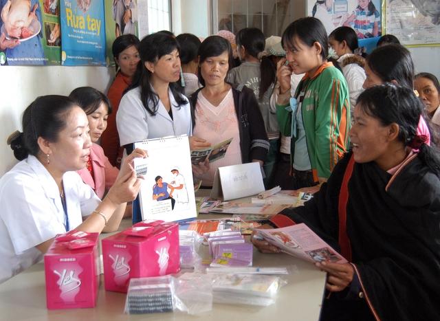 Cán bộ dân số huyện Sơn Dương (Tuyên Quang) truyền thông chống tảo hôn đến người dân vùng sâu vùng xa. Ảnh: Dương Ngọc