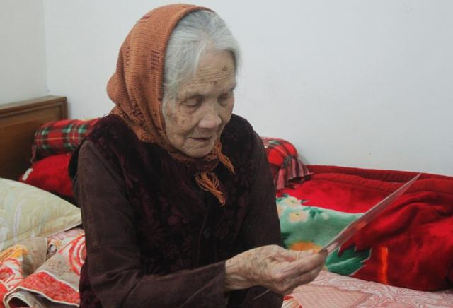 Mẹ Việt Nam Anh hùng Đặng Thị Hài, 105 tuổi vẫn hàng ngày trông ngóng phần mộ con trai. Ảnh: V.Đ
