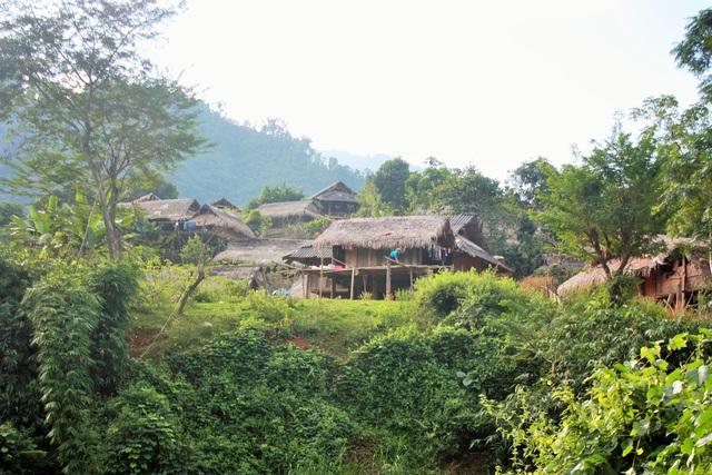 Bản Huồi Thum nhấp nhô với mấy chục mái nhà. Ảnh: Đào Thọ