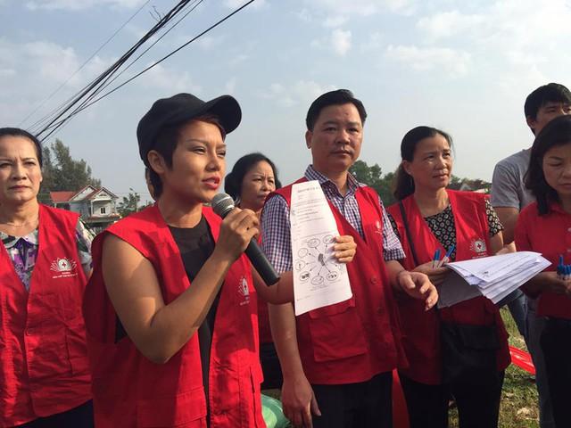Ca sĩ Thái Thùy Linh trong chuyến từ thiện tại Quảng Bình hồi tháng 10/2016. Ảnh: FBNV