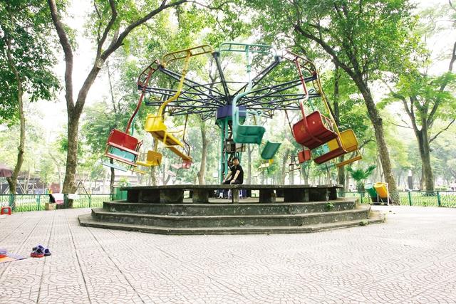 Nhiều trò chơi trong công viên Thống Nhất đã xuống cấp, không còn thu hút người dân. Ảnh: Chí Cường