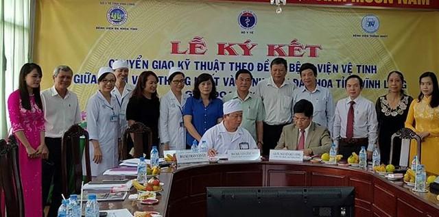 Đại diện 2 bệnh viện ký kết chương trình chuyển giao kỹ thuật.