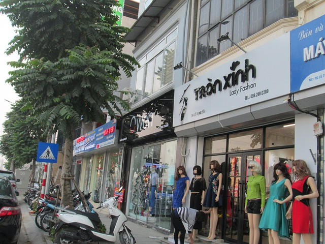 Một chủ hiệu kinh doanh thời trang cho biết, biển hiệu xanh hay đỏ quá cứng nhắc và khó nhận biết nên không thu hút được khách hàng.