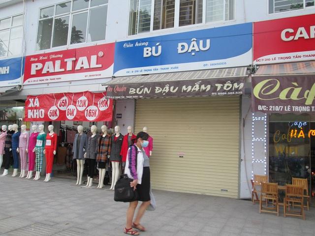 Thay vì sử dụng đồng phục sáng sủa thì chủ cửa hàng bún đậu này lại làm thêm tấm quảng cáo nhỏ.