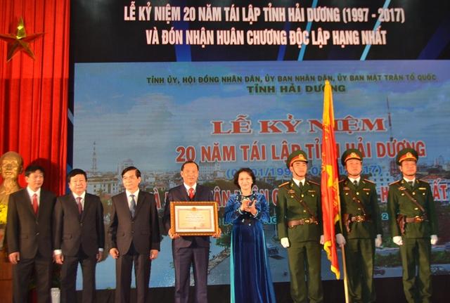 Chủ tịch QH Nguyễn Thị Kim Ngân trao Huân chương độc lập hạng Nhất cho tỉnh Hải Dương. Ảnh: Đ.Tuỳ