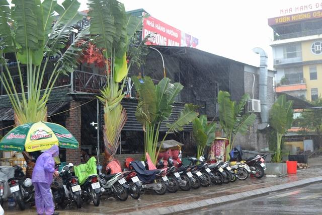 Lúc này, nhiều nhà hàng ở đường bao biển TP Hạ Long đông nghịt khách