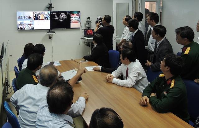 Các đại biểu trực tiếp nghiệm thu trên hệ thống Telemedicine Viện Y học biển.