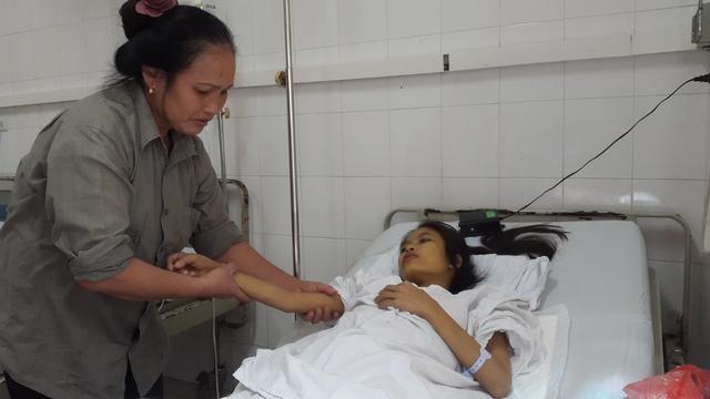 Bà Cảng lo sợ mất con vì không tiền điều trị, chồng lại nằm cấp cứu ở bệnh viện huyện. Ảnh P.T
