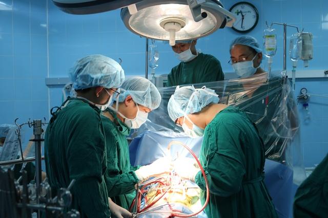 Các y bác sĩ đang thực hiện phẫu thuật cho bệnh nhân Nguyễn Lê Hoàng A. Ảnh: Đ.H