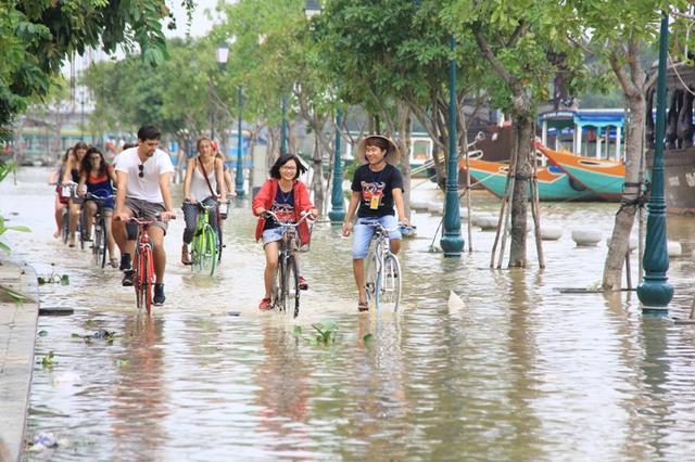 Đường Bạch Đằng nằm ven sông Hoài, nên cứ mưa to kéo dài thì bị ngập. Tình trạng này cũng không ảnh hưởng lớn tới hoạt động du lịch ở phố cổ. Trái lại, nhiều du khách nước ngoài thích thú thuê xe đạp dạo trên nước lũ...