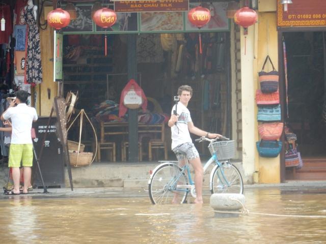 Một số khách Tây thích thú dừng xe chụp ảnh tự sướng với nước lũ phố cổ