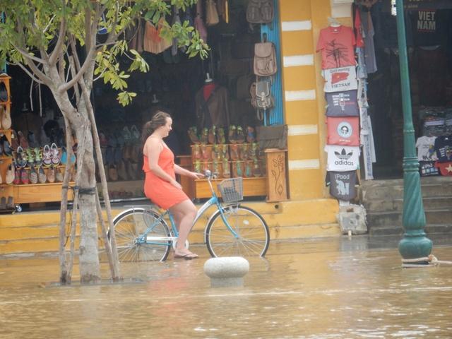 Chính vẻ đẹp cổ kính của phố cổ Hội An nên dù có bị ngập nước lũ vẫn thu hút được khách du lịch, đặc biệt là khách Tây...