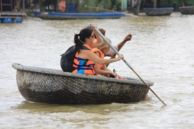 Một số du khách khác thì chọn cho mình tour du lịch chèo thuyền thúng khám phá rừng dừa nước và nghề đánh bắt thủy sản trên sông Hoài của ngư dân...