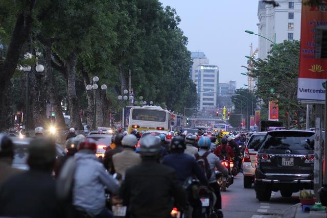 Sáng 15/12, tuyến xe buýt nhanh BRT thay đổi kế hoạch, không chạy thử nghiệm như dự kiến trước đó. Tuy nhiên, nhiều người nghi ngại về mức độ nhanh vì tuyến xe buýt này đi qua những con đường ùn tắc nhất thủ đô.